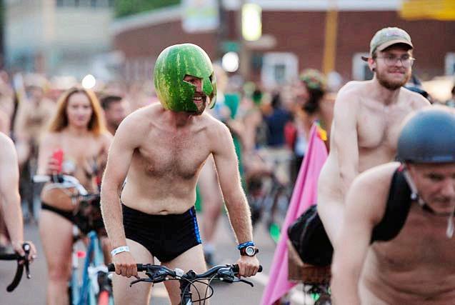 美国波特兰万人裸体骑自行车提倡环保
