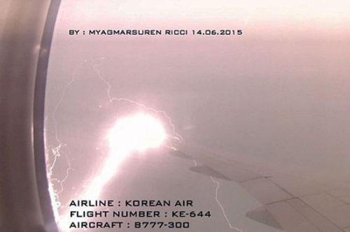 闪电击中韩客机机翼冒巨大火花 乘客拍惊险瞬间