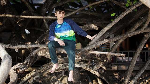 肖镒舟最新写真曝光 百年树藤围绕青春魅力