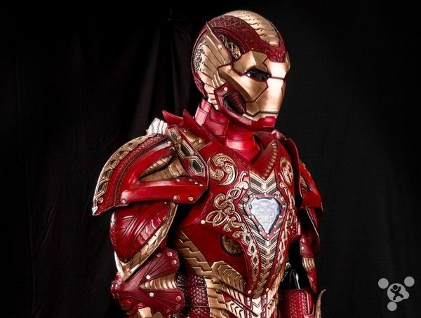 钢铁侠的战甲虽然帅气,不过毕竟还是实用向居多,不像日式设计