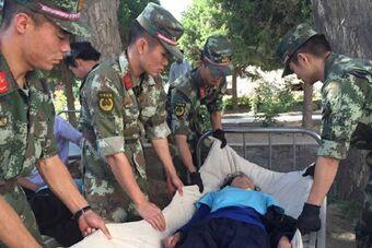 新疆发生6.5级地震 救灾官兵展开援救