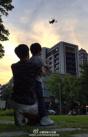 林志颖教儿子玩无人机 Kimi长腿惊人(图)