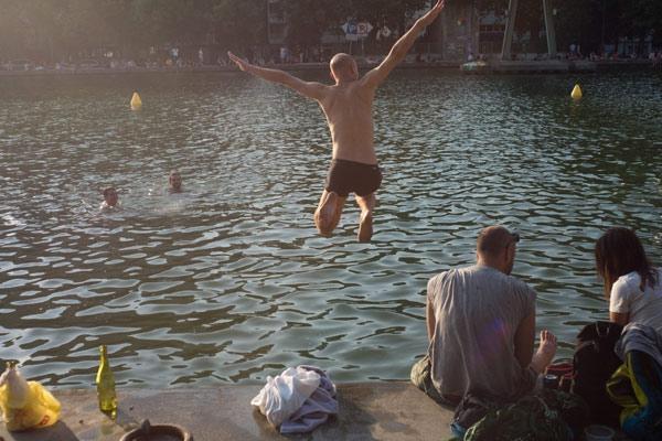 巴黎高温飙升至40度 市民当街跳河游泳