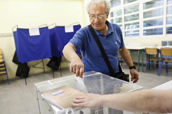 希腊公投将持续12小时 总理齐普拉斯现身投票站