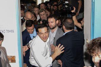 希腊公投将持续12小时 总理现身投票站