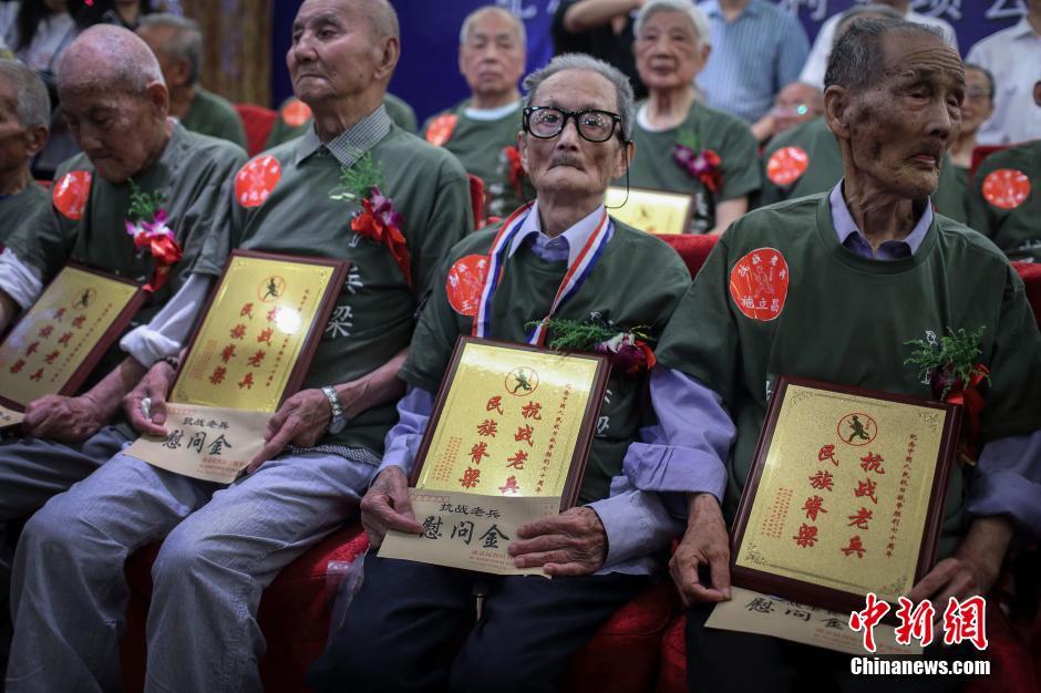 7月5日,三十三位来自全国各地的抗战老兵齐聚南京,参加南京1213志愿者同盟举办的2015纪念77抗战78周年老兵重聚活动。