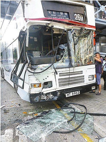 香港双层巴士故障无法减速 猛撞前方巴士致23人受伤