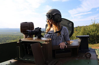 美女摄影师跟拍法军VBCI装甲车