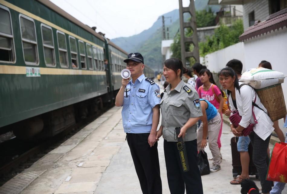 """贵州盲警以妻子为""""眼"""" 驻站铁路十余年"""