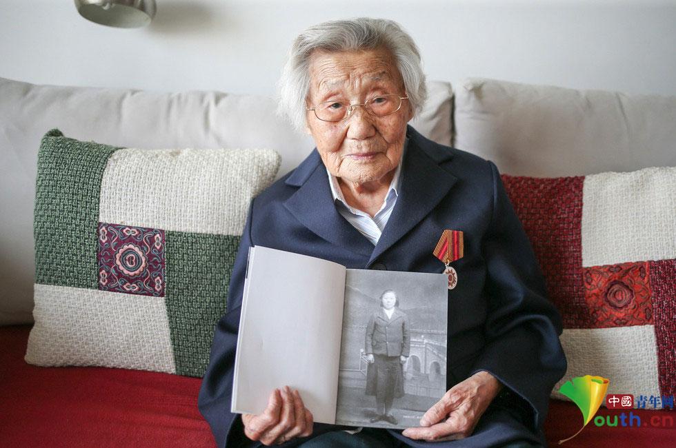 2015年4月28日,北京,朝鲜籍女战士,97岁的李在德老人现在居住在通州的一个普通住宅小区。满头白发,下楼散步,跟谁都微笑。