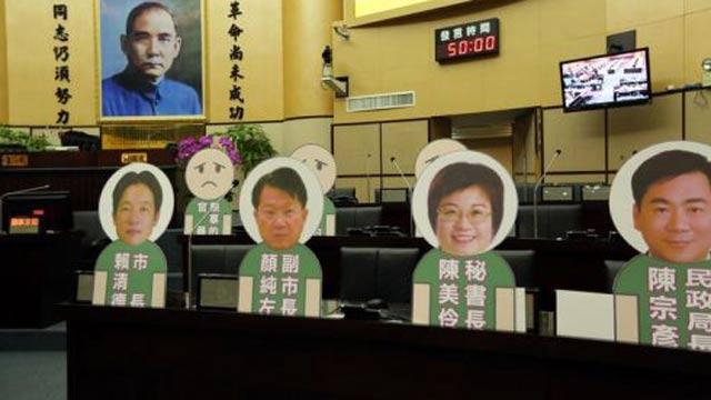赖清德拒进议会 议员怒制人形立牌质询