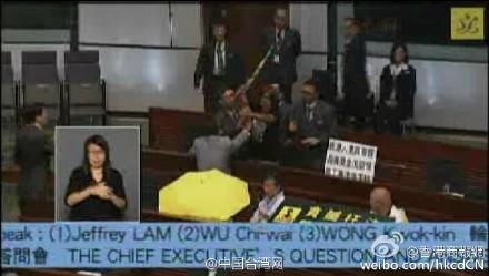 香港特首赴立法会答问 议员多次叫嚣被驱离议场