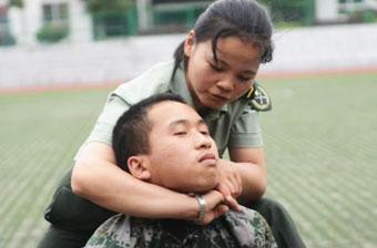女特战兵亲身传授擒拿格斗术
