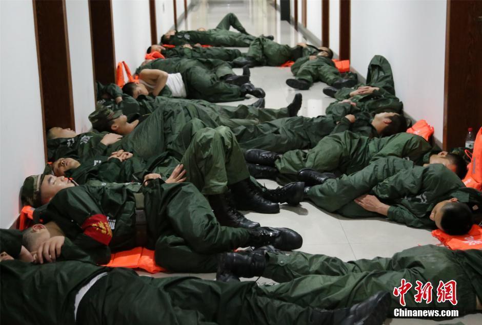 参加台风救灾武警躺在过道睡着