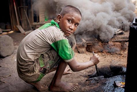 恶劣环境下工作的孟加拉国童工群像