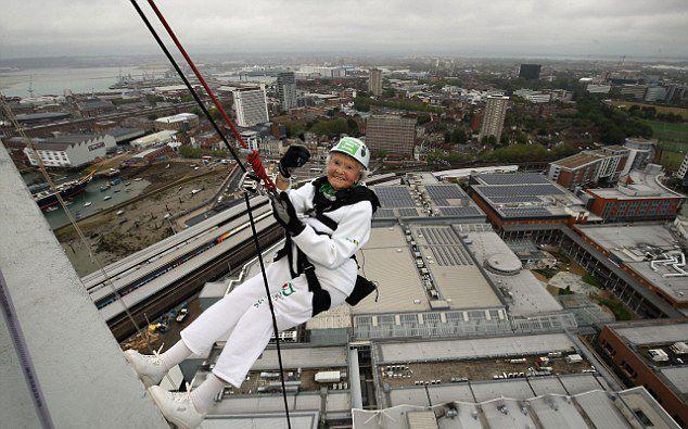 英百岁老妇为慈善事业挑战高楼垂降