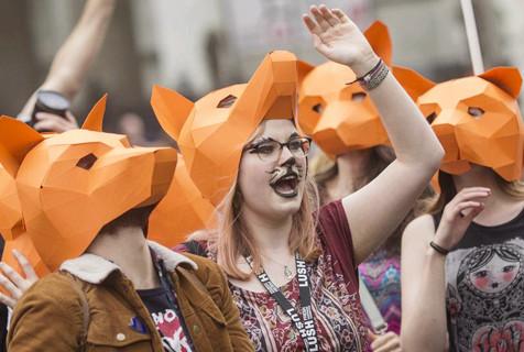 英动物保护者戴面具游行 反对捕杀狐狸