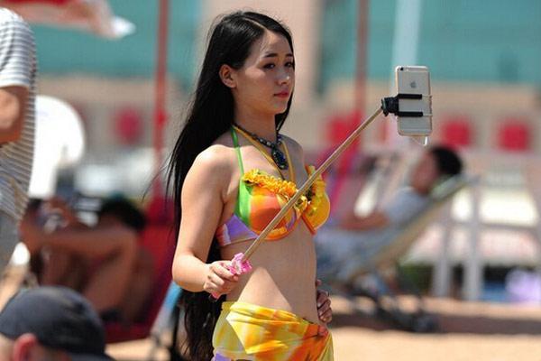 山东海滩美女扎堆 泳装戏水秀身材