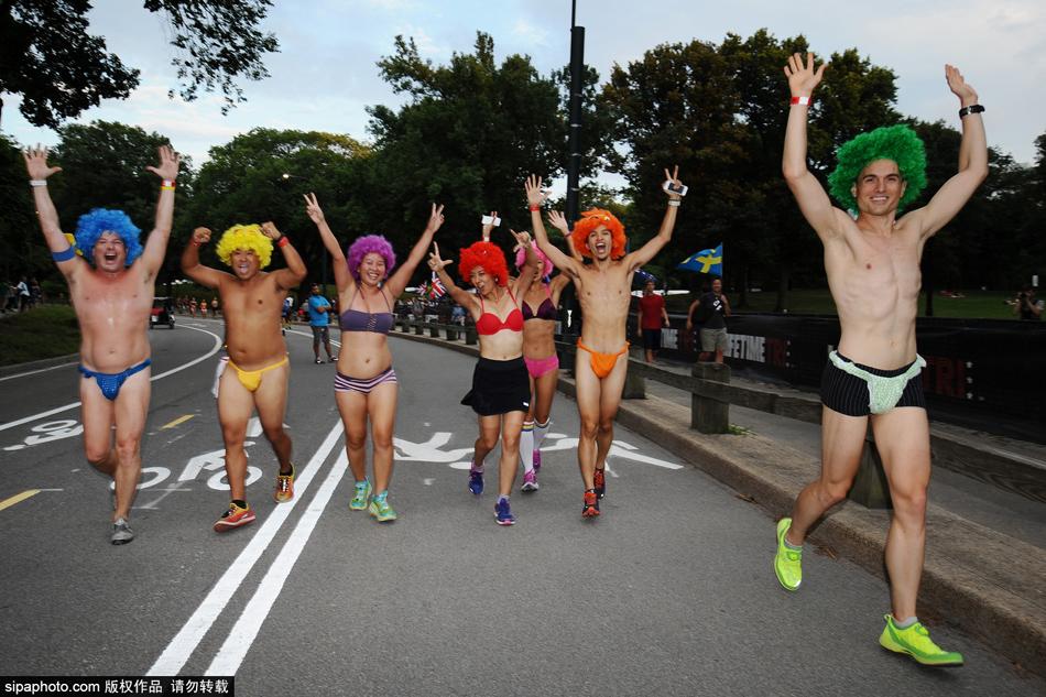 美国纽约举行内衣赛跑 民众半裸狂奔