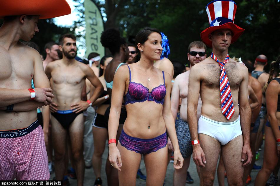 美国纽约举行内衣赛跑