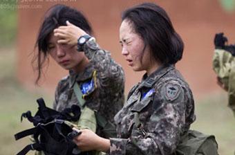 韩国女兵接受瓦斯弹毒熏训练