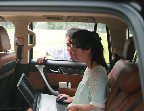 国内首辆脑控汽车起跑 开车不用动手脚