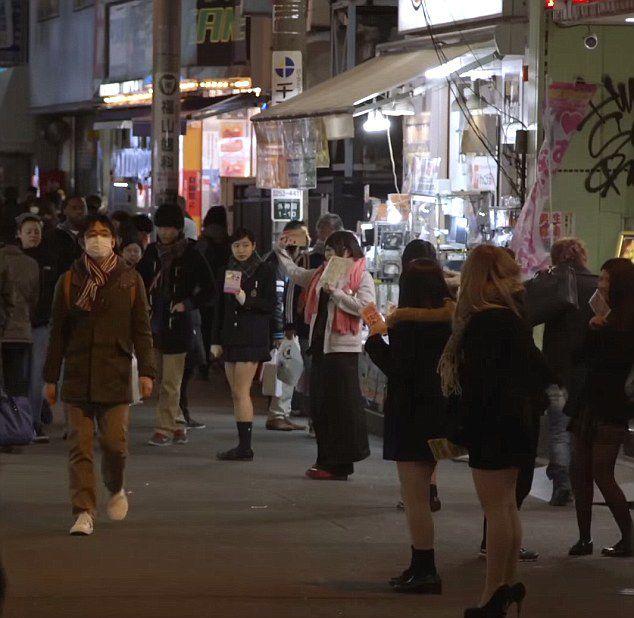 美纪录片真实记录日本高中女生陪散步文化黑暗面