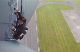 阿汤哥扒在飞行中运输机外侧拍戏