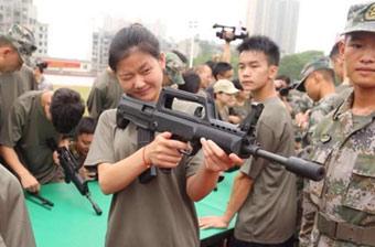 应征入伍美女举枪瞄准练拆枪