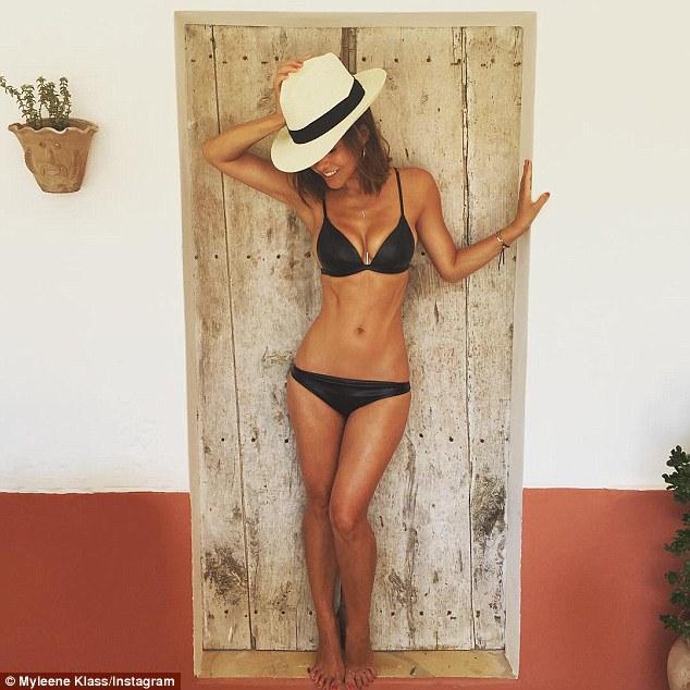 英离异女星麦琳•克拉斯走出阴影晒沙滩比基尼照