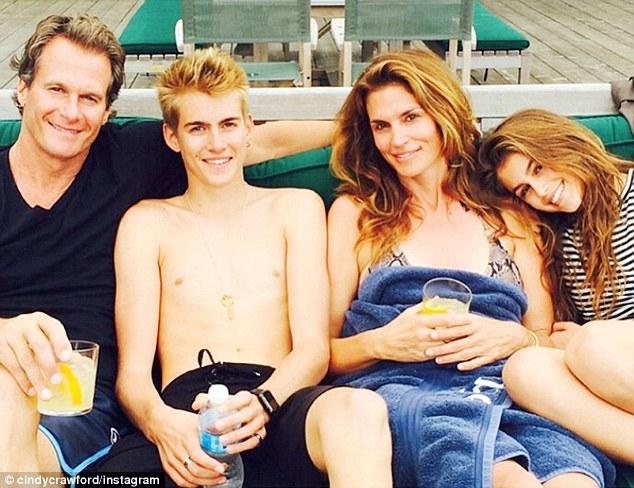 辛迪·克劳馥与家人度假晒杂志黑白旧照
