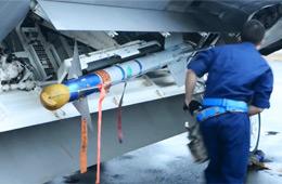 美军F-22五代机内置弹舱装弹过程演示