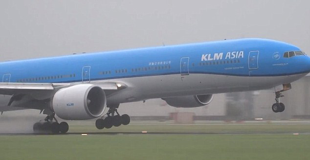 惊险!荷航班机风暴中左右摇摆艰难降落