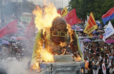 """菲律宾民众街头""""火烧""""阿基诺三世"""