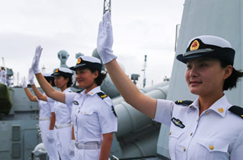 052C舰女兵与印军挥手告别