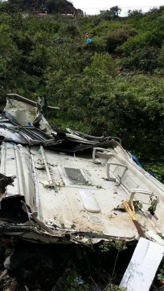 云南丽江客车 翻 下百米 悬崖 致3 人 遇难16 人 受伤高清图片