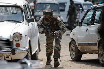 """恐怖分子""""穿军服""""袭击印度警局"""