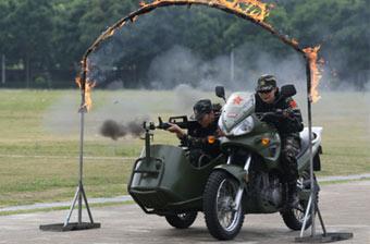 驻澳部队女兵驾摩托车突破火障