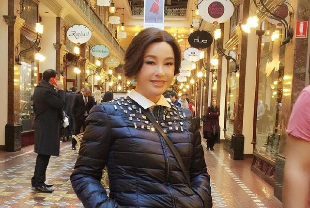 刘晓庆澳洲街头照遭吐槽:每张照片表情都一样