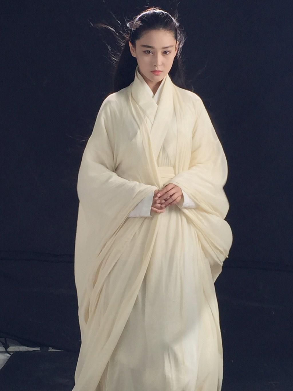 张馨予吊威亚长发及腰 白衣素雅显侠女范