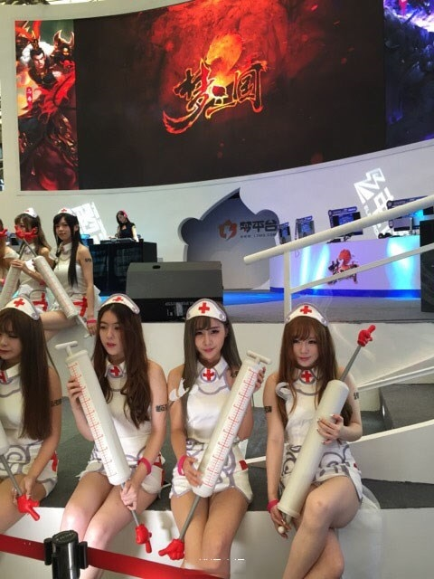 "ChinaJoy开幕!ShowGirl死守""事业线""无懈可击"