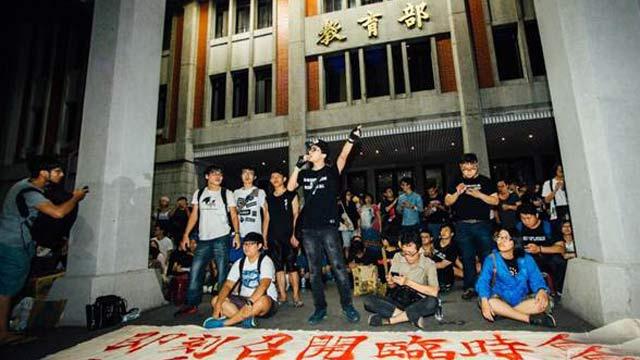"""反课纲学生自杀震动台湾 学生夜攻""""教育部"""""""