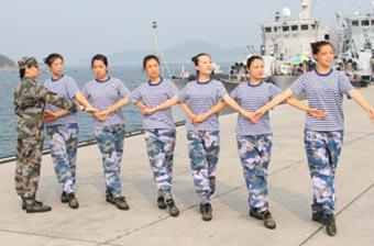 文艺部队女兵们在军舰前起舞