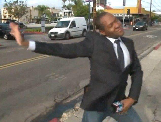 美新闻记者采访现场大跳嘻哈舞爆红