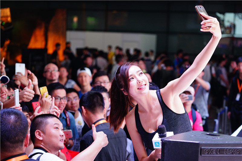 女神周韦彤亮相支付宝展台 为观众发红包