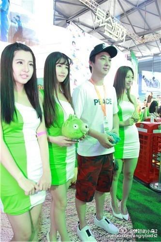 王思聪亮相ChinaJoy:ShowGirl们疯狂合影