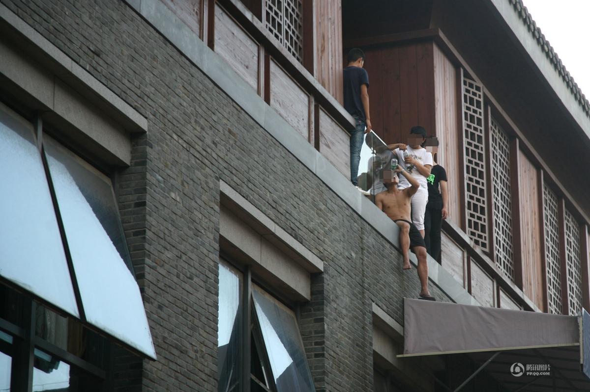 """江苏扬州一酒吧关门 为讨薪员工""""组团""""跳楼"""