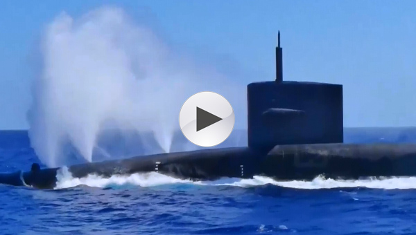 美军核潜艇喷出一股白气后紧急下潜