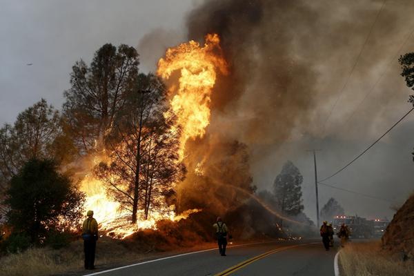 美国加州山火告急 一名消防员丧生居民逃离家园