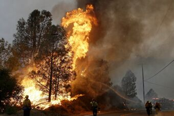 美国加州山火告急 居民逃离家园